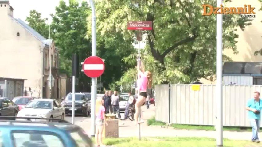 Ces polonaises réalisent une démonstration de pole dance en ville