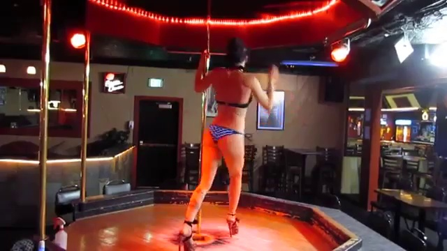Une danse incroyable avec une barre de pole dance