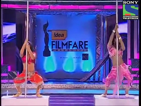 Shah Rukh Khan And Ranbir Kapoor Became Girls And Did Pole Dance