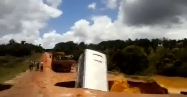 OMG!!! The bus falls in Brazil