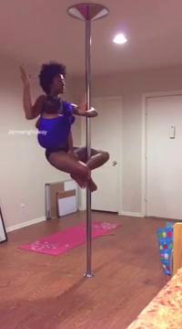 Mira lo que hace esta mujer mientras practica pole dance