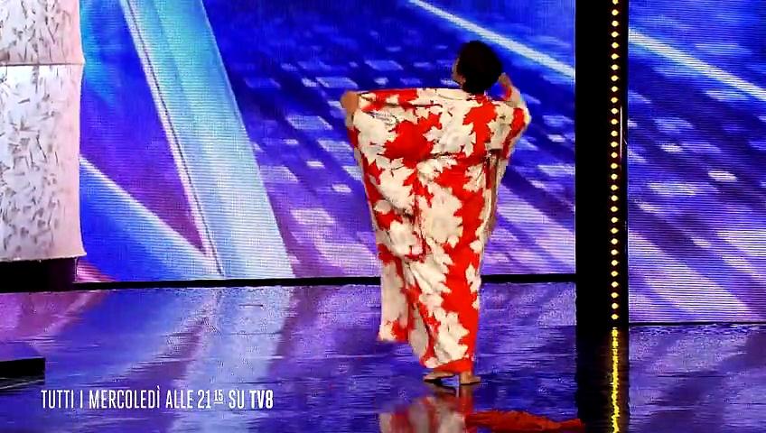 A 70 ans, elle fait du pole dance en direct à la TV !
