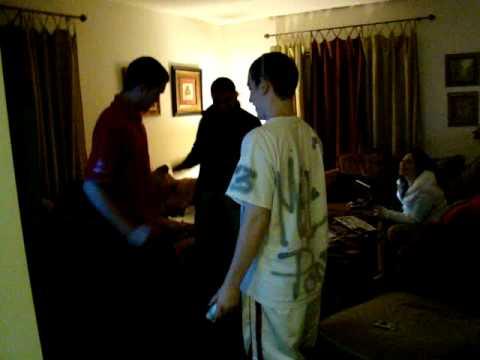 Gary, Andrew, e Luiz danca do creu